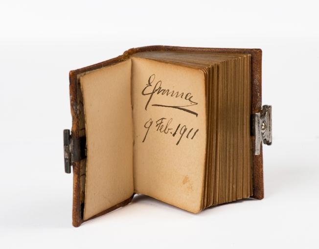 handtekening-van-koningin-emma-in-miniatuur-gastenboekje-collectie-haags-historisch-museum.-foto-rob-mostert-72-dpi.jpg