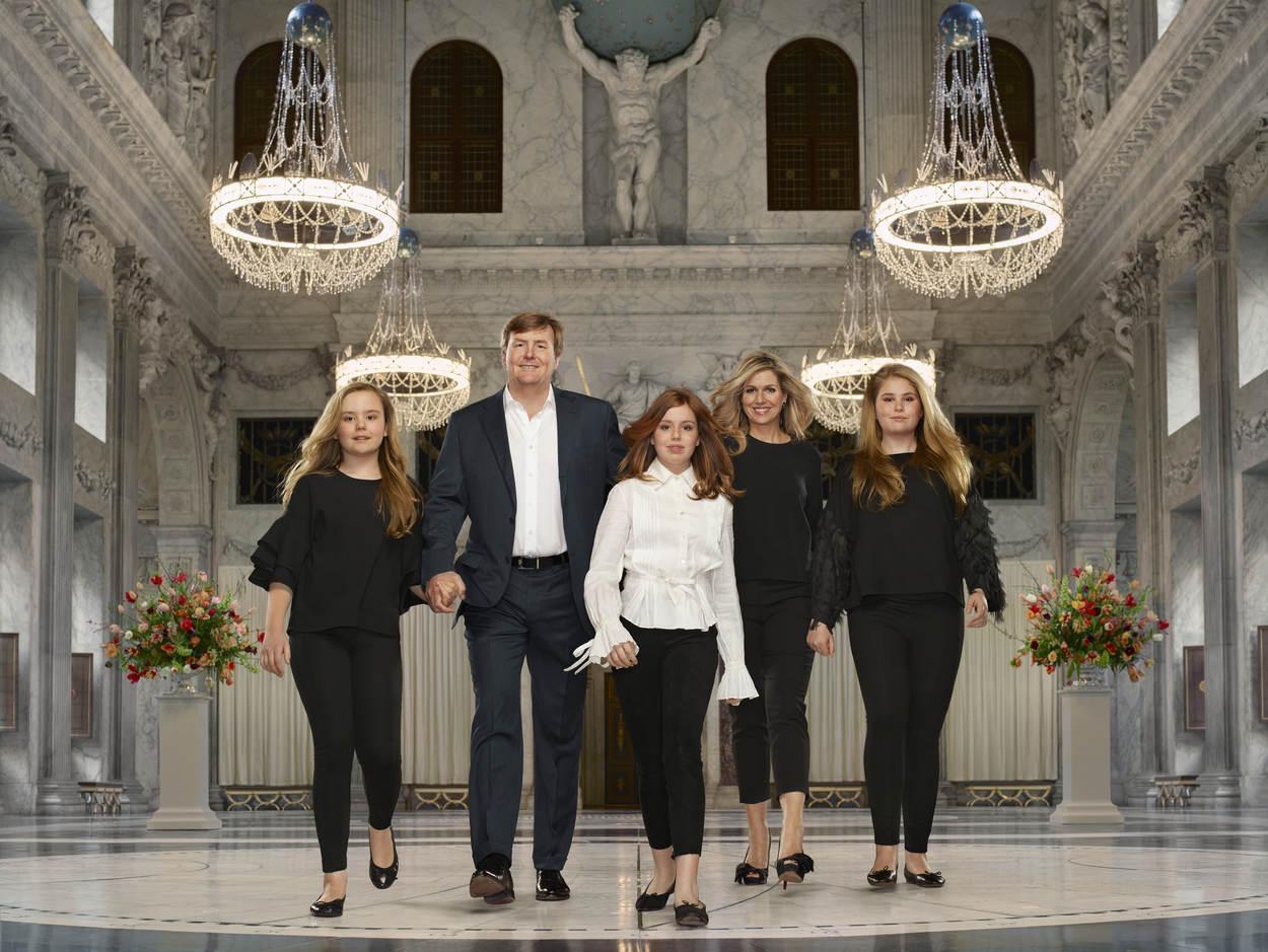 koning-willem-alexander-koningin-maxima-prinses-van-oranje-prinses-alexia-en-prinses-ariane---erwin-olaf---2018---liggend