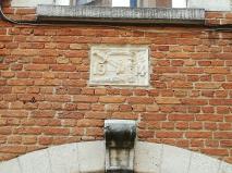 Steen van heropbouw, wapen oorlogsgeweld wapen, in Leuven | Foto @LiRiAn-Art